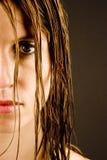 Jeune femme avec le cheveu humide Photo stock