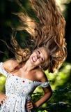 Jeune femme avec le cheveu oscillant Photographie stock libre de droits