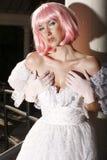 Jeune femme avec le cheveu rose photos stock