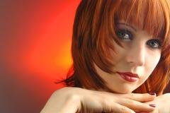 Jeune femme avec le cheveu rouge Photo stock