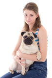 Jeune femme avec le chien de roquet d'isolement sur le blanc Photo stock