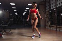 Jeune femme, avec le chiffre sportif sain avec la corde à sauter dans le gymnase image libre de droits