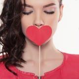 Jeune femme avec le coeur photographie stock