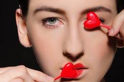 Jeune femme avec le coeur sur des lèvres et dans l'oeil Images libres de droits