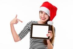 Jeune femme avec le comprimé numérique sur Noël Photos libres de droits