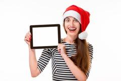 Jeune femme avec le comprimé numérique sur Noël Photo libre de droits