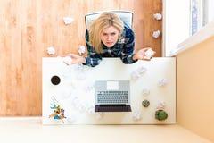 Jeune femme avec le concept de papier chiffonné de créativité Image libre de droits