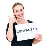 Jeune femme avec le contactez-nous de conseil Image stock
