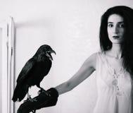 Jeune femme avec le corbeau photo libre de droits
