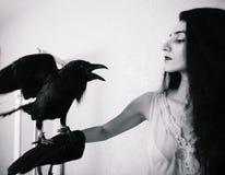 Jeune femme avec le corbeau image stock