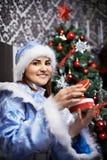 Jeune femme avec le costume de Noël Neige-Premier Photos stock