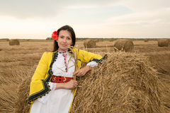 Jeune femme avec le costume national bulgare photos stock