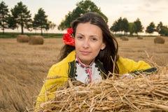Jeune femme avec le costume national bulgare photographie stock