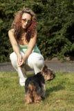 Jeune femme avec le dod photo libre de droits
