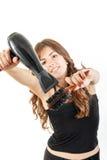 Jeune femme avec le fonctionnement de dessiccateur et de brosse à cheveux de coup photos libres de droits