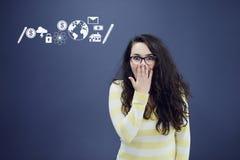 Jeune femme avec le fond avec le graphique, la flèche et les icônes tirés de gestion Photo stock