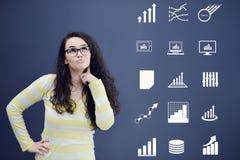 Jeune femme avec le fond avec le graphique, la flèche et les icônes tirés de gestion Images stock