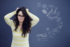 Jeune femme avec le fond avec le graphique, la flèche et les icônes tirés de gestion Photos libres de droits