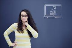 Jeune femme avec le fond avec le graphique, la flèche et les icônes tirés de gestion Images libres de droits