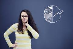 Jeune femme avec le fond avec le graphique, la flèche et les icônes tirés de gestion Photographie stock libre de droits