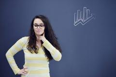 Jeune femme avec le fond avec le graphique, la flèche et les icônes tirés de gestion Photos stock