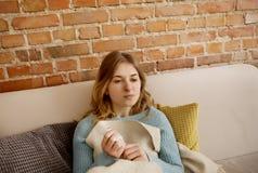 Jeune femme avec le froid, conduite photo libre de droits