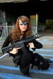 Jeune femme avec le fusil d'assaut Photo libre de droits