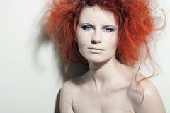 Jeune femme avec le grand cheveu bouclé rouge. Photographie stock libre de droits