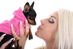 Jeune femme avec le jouet-chien terrier au-dessus du blanc Images stock