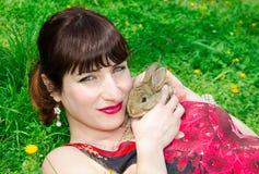 Jeune femme avec le lapin de bébé Photos libres de droits