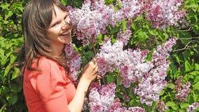 Jeune femme avec le lilas Photographie stock