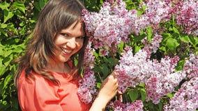Jeune femme avec le lilas Photos stock