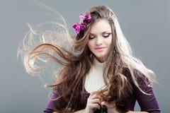 Jeune femme avec le long cheveu Image stock