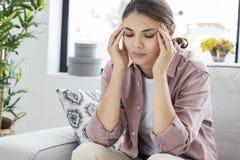 Jeune femme avec le mal de tête Images libres de droits