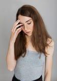 Jeune femme avec le mal de tête Image stock