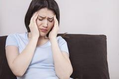 Jeune femme avec le mal de tête image libre de droits