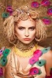 Jeune femme avec le maquillage de mode sur le brun Images stock