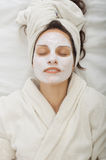 Jeune femme avec le masque facial Photo stock