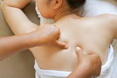 Jeune femme avec le massage de station thermale de jour Photo libre de droits