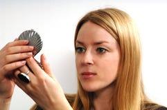 Jeune femme avec le miroir photo stock