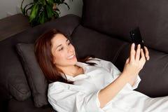Jeune femme avec le mobile Photos stock