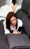 Jeune femme avec le mobile Photographie stock libre de droits
