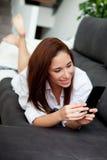 Jeune femme avec le mobile Images stock