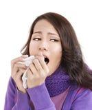 Jeune femme avec le mouchoir ayant le froid. Photographie stock
