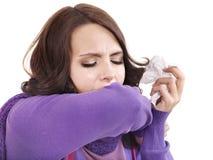 Jeune femme avec le mouchoir ayant le froid. Photos libres de droits
