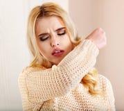Jeune femme avec le mouchoir ayant le froid. Images libres de droits