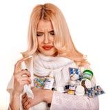 Jeune femme avec le mouchoir ayant le froid Photographie stock libre de droits