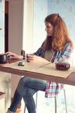 Jeune femme avec le netbook Image libre de droits