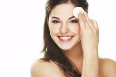 Jeune femme avec le pétale cosmétique Photographie stock