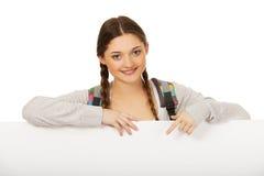 Jeune femme avec le panneau-réclame blanc Image libre de droits
